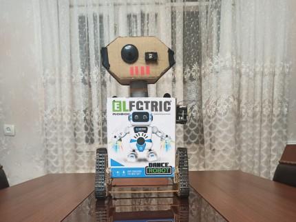 Robot qutusundan hazırlanmış yeriyən robot
